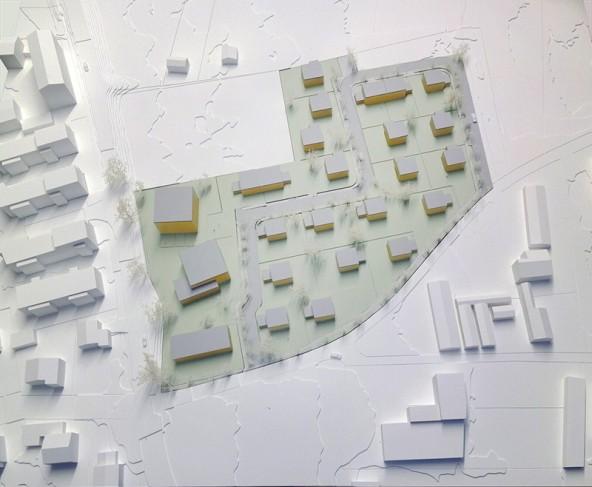 Die drei größeren Gebäude links an der Straße errichtet die OSG, die Bauplätze östlich davon werden von der Stadt vergeben. Nicht alle haben die gleich gute Lage, was eine spannende Vergabe garantiert. Foto: Rohracher Architekten