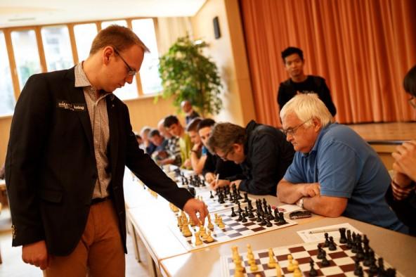 Auch Schach-Urgestein Erwin Sattler sackt einen halben Punkt für den Verein ein.