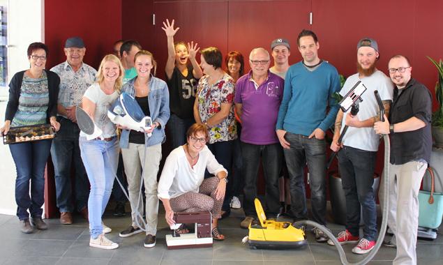 """Das Miteinand-Team und die Reparaturexperten haben Freude am """"Retten"""" alter und gemochter Gegenstände. Foto: Daniela Kraler"""