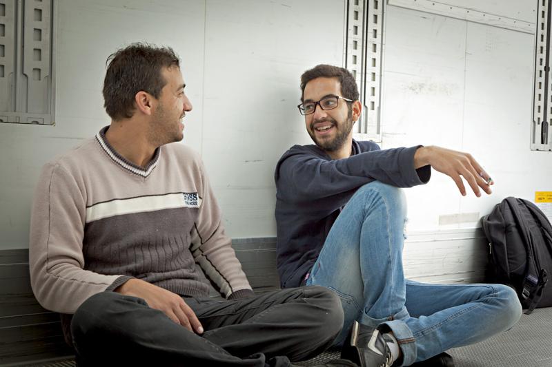 Wenn gerade niemand vorbeikommt und alle Schachteln gut verstaut sind, unterhalten sich Mohammed und Bilan. Sie sagen, sie sind froh, in Lienz zu sein. Sie nennen es Glück.