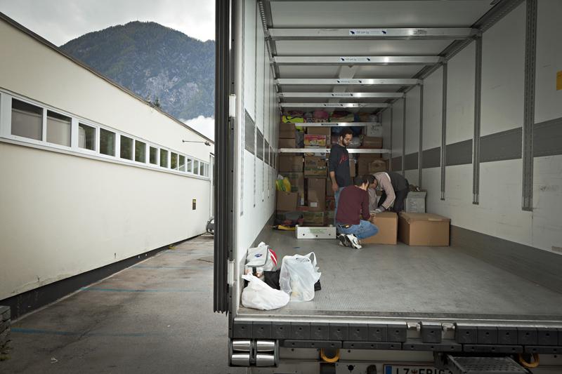 Am Dienstag Vormittag war ein Drittel des LKWs beladen, seitdem ist viel dazugekommen.