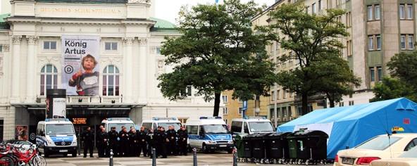 Von links nach rechts – Deutsches Schauspielhaus – Polizeiaufgebot wegen eines HSV-Spiels – Erstaufnahmestelle am Hamburger Hauptbahnhof.