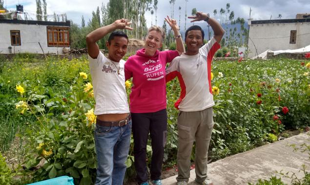 Osttiroler Schüler starteten das Projekt zum Wiederaufbau der Schule. Lehrerin Liebgard Fuchs brachte den ersten Teil der Spendengelder persönlich vorbei.