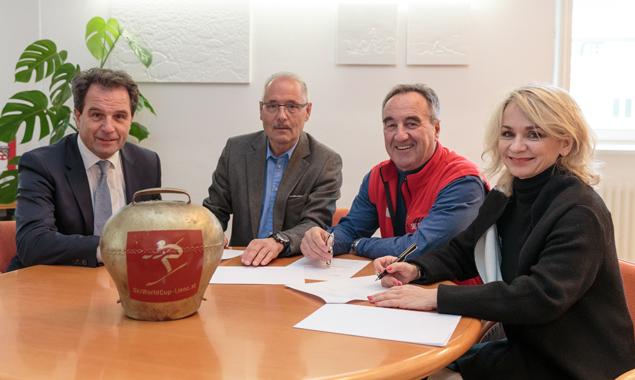 Die Unterzeichnung des Kooperationsvertrages, v.l.:Franz Theurl (TVB Osttirol-Obmann), Werner Frömel (OK-Chef), Siegfried Vergeiner (Skiclubpräsident) und Bgm. Elisabeth Blanik. Foto: EXPA/ Johann Groder