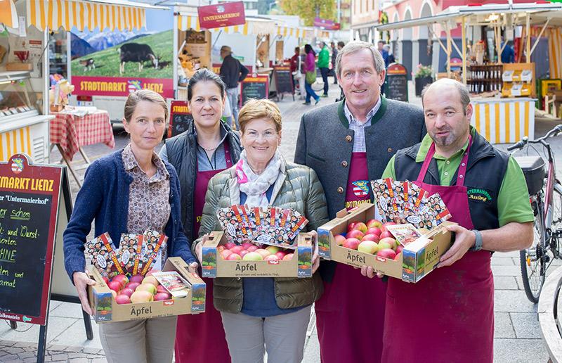 Die Stadtmarktler Rosa Bacher, Hermann Kuenz und Peter Vergeiner gratulierten den Preisträgerinnen Hilda Mühlmann und Brigitte Vogl-Lukasser. Foto: Stadt Lienz/Brunner