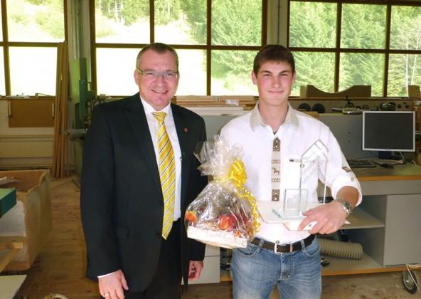 """Landesrat Johannes Tratter gratuliert Patrick Mayr zur Auszeichnung als """"Lehrling des Monats August 2015""""."""