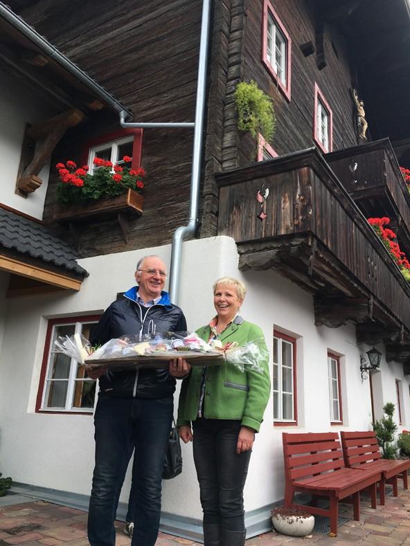 Zeit für gute Verköstigung blieb natürlich auch, dafür sorgten die Vermieter, deren Häuser besichtigt wurden, und Theresia Rainer (Obfrau des Landesverbandes der Privatzimmervermieter Tirol, im Bild rechts)