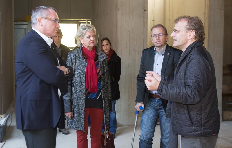 Architekt Anton Mariacher führt mit viel Elan durch die Baustelle.