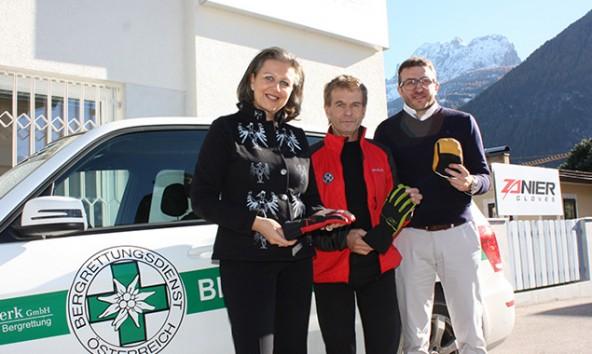 Patrizia Zoller-Frischauf, Bergretter Peter Veider und Handschuh-Fabrikant Markus Zanier am Stammsitz des Unternehmens in Lienz/Peggetz. Foto: Land Tirol/Kashofer