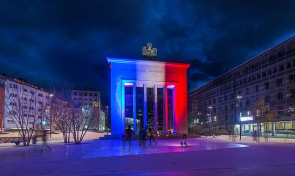 Bis 27. November erstrahlt das Befreiungsdenkmal am Innsbrucker Landhausplatz bei Einbruch der Dunkelheit in den französischen Nationalfarben. Foto: Land Tirol/Berger
