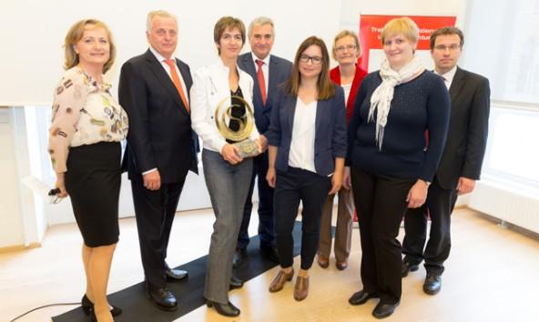 Große Freude bei der Verleihung des Gütesiegels. FRita Feldner in der MItte, neben ihr BM R. Hundstorfer. Foto: bdv austria/Anna Rauchenberger