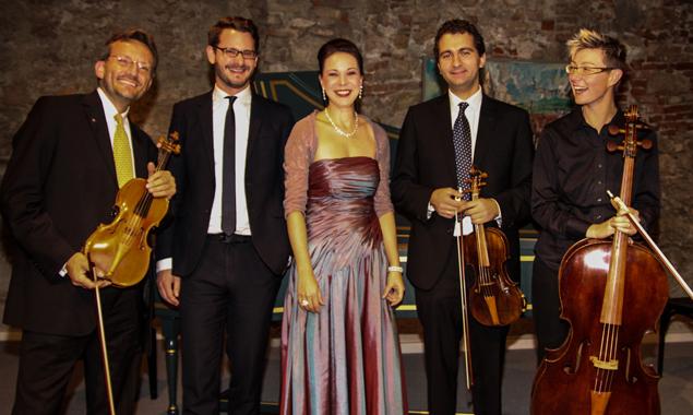Sopranistin Heidi Manser im Kreise des Consilium musicum Wien.
