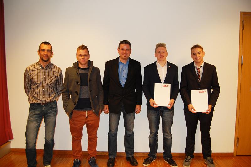 Die beiden Prüflinge, die mit Auszeichnung bestanden haben und die Prüfungskommission: Oliver Winkler, Florian Oberhueber und Hannes Rauter (die drei Prüfer) sowie Lukas Prautzsch und Damian Gröfler