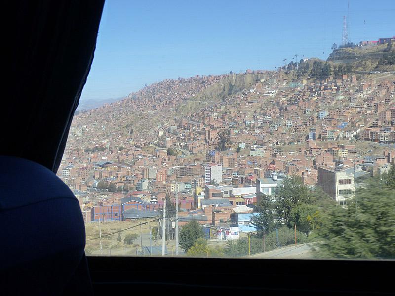 "Einfahrt in La Paz mit der ""flota"", dem Bus. Fotos: Sarah Kollnig"