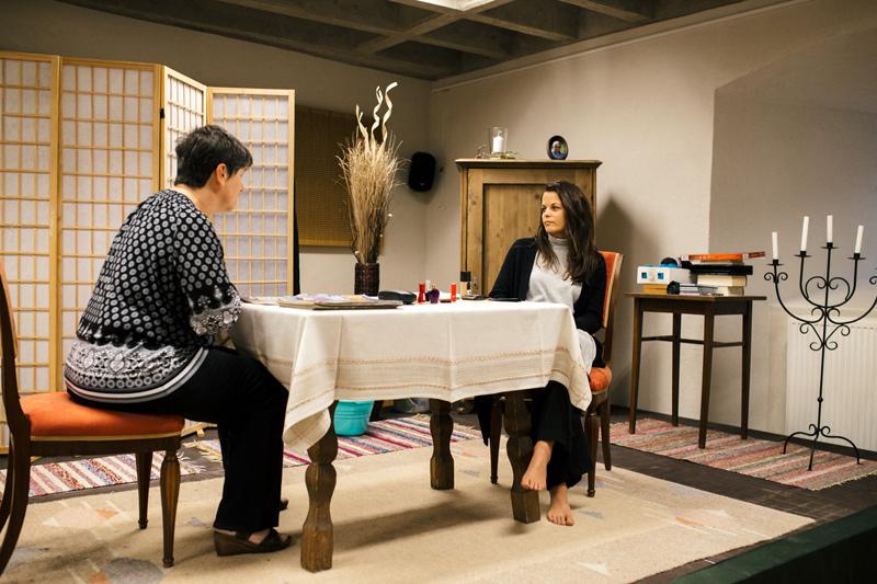 """Astrid Hochenwarter (li.) und Stefanie Stanglechner bei einer Probe des Theaterstürcks """"Nacht, Mutter"""". Foto: Marco Leiter"""
