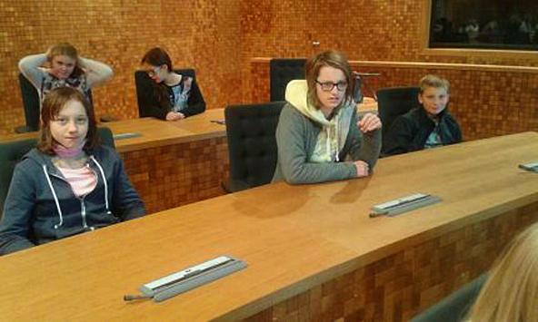 Auch ein Parlamentsbesuch durfte nicht fehlen. Die Schüler durften sich auf dei Sitze der Abgeordneten setzen, waren am Ende aber froh, nicht in die Fußstapfen der Politiker treten zu müssen.