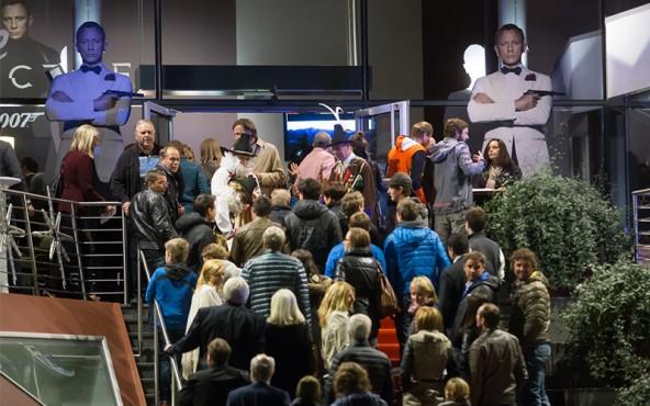 Bewacht von Bond persönlich schritt das geladene Publikum über den Red Carpet hinein ins Actionkino, stilgerecht empfangen mit einem Bond-Martini als Aperitif. Fotos: Brunner Images