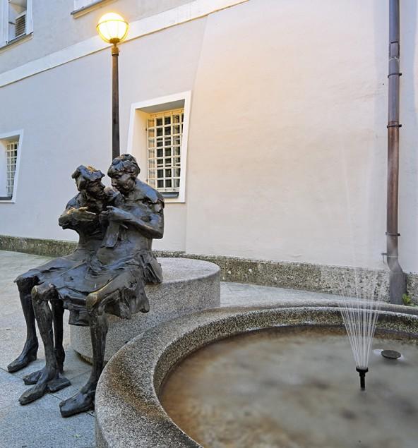 """""""Hast du schon gehört ...."""" Wir lieben Gerüchte, auch wenn sie falsch sind. """"Der Tratsch"""" heißt diese Skulptur von Jos Pirkner im Hof der Lienzer Polizei. Foto: Wolfgang C. Retter"""