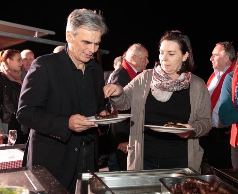 Szene einer Ehe: Martina Ludwig-Faymann versorgt ihren Gatten Werner Faymann mit Osttiroler Spezialitäten.