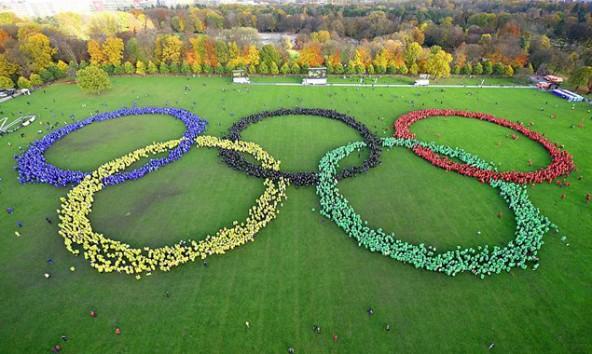 In bunten Regencapes bildeten die Olympiabefürworter die fünf Ringe. Fotos: Feuer und Flamme Initiative der Olympia-Bewerbung, Hamburg 2024