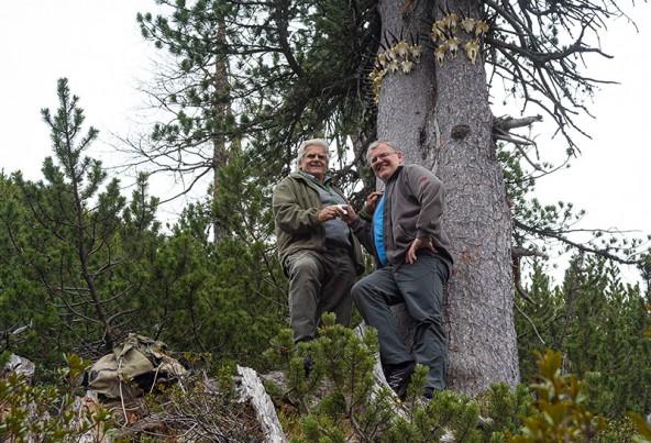 Mit einem Selfie und einem Schluck Pregler belohnen sich Sepp Kalser und Klaus Dapra für das fertige Werk.