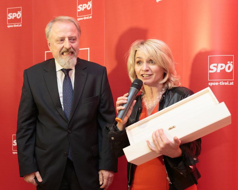 Die Ankündigung von Bbm. Elisabeth Blanik, dass alle Osttiroler Pregler zu kosten bekämen, schien dem Osttirol-Fan SPÖ-Bundesgeschäftsführer Gerhard Schmid dann doch einige Sorgen zu bereiten. Fotos: EXPA/Johann Groder