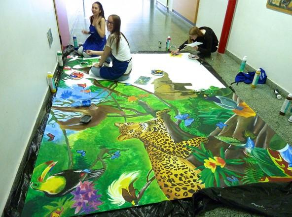Die großformatigen Bilder sind mit Acrylfarben handgemalt. Fotos: Gymnasium Lienz