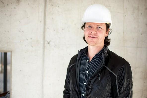 Architekt Hans Peter Machné moderiert den Wettbewerb und unterstreicht, dass der geplante Studiencampus österreichweit einzigartig sei. Foto: Martin Lugger