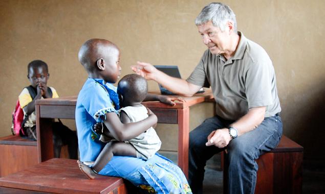 Der Arzt und Projektinitiator Franz Krösslhuber bei der Untersuchung von Kindern im Gesundheitszentrum Mondikolok. Foto: OfJM/Krösslhuber