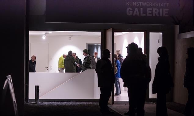Austausch und Kommunikation sind das indirekte Motto der neuen Ausstellung in der Kunstwerkstatt Lienz – das galt auch für die Vernissage. Fotos: Brunner Images