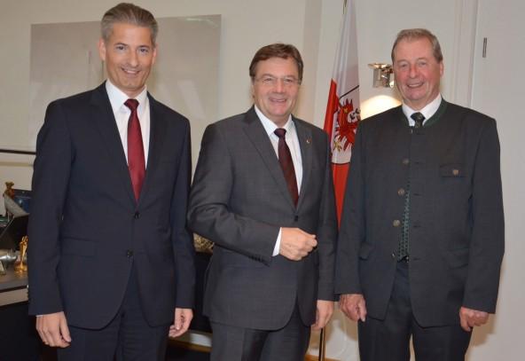 Hansjörg Matteersberger (links) und Leo Gomig sind am Ziel. Landeshauptmann Günther Platter (Mitte) gratuliert.