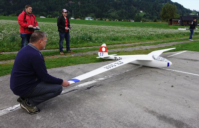 """Das Oldtimersegelflugzeug """"Reiher"""" von MFC-Lienz-Mitglied Mark Köffler (rechts). Schlepppilot ist MFC-Lienz Obmann Thomas Schosser (links, stehend)."""