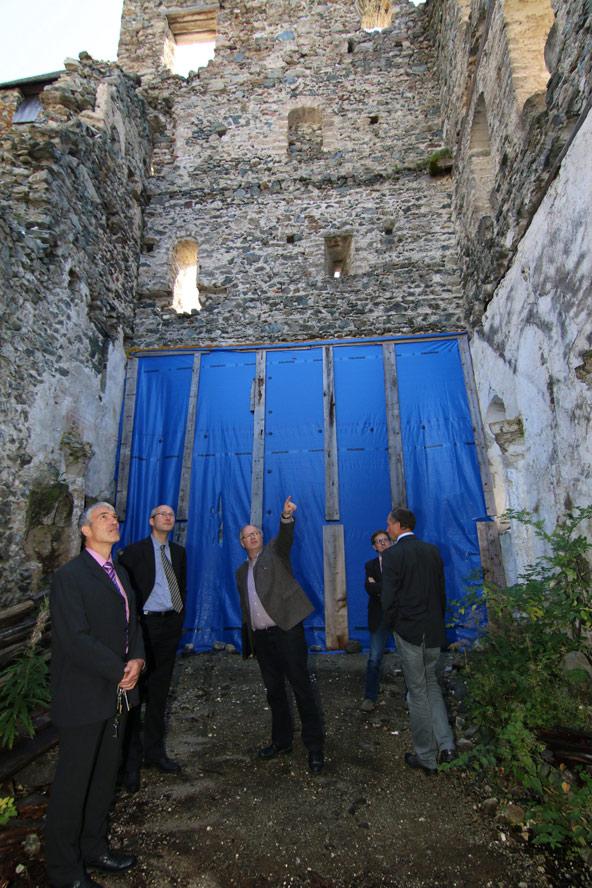 Nochmals die Kapelle, diesmal im September 2014, anlässlich der Gründungsversammlung des Museumsvereins. v. l.: Frank-Jürgen Hess, Andreas Burger (Loacker), Walter Hauser (Bundesdenkmalamt).
