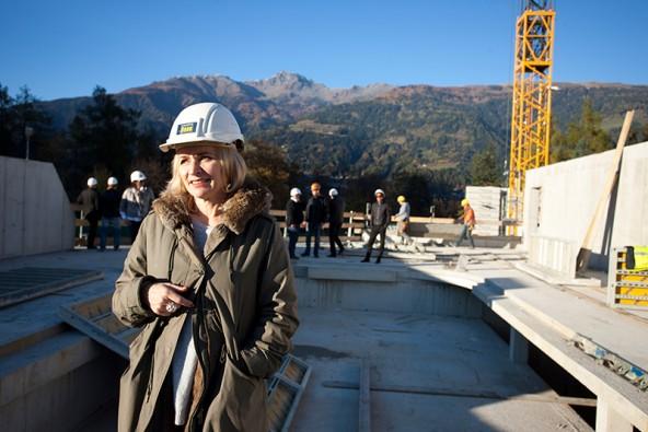 Bürgermeisterin Elisabeth Balnik steht auf diesem Bild vor dem Caldarium, in dem ab Winter 2016 die Saunierer abgekühlt werden.