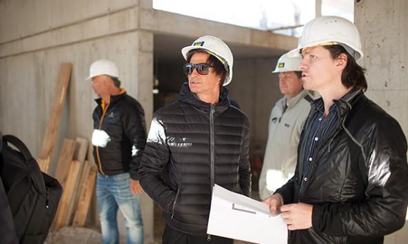 Hans Peter Machné (rechts) erklärt dem Obmann des Badausschusses, Christian Zanon (VP) den aktuellen Stand der Baustelle. Fotos: Stadt Lienz/Martin Lugger