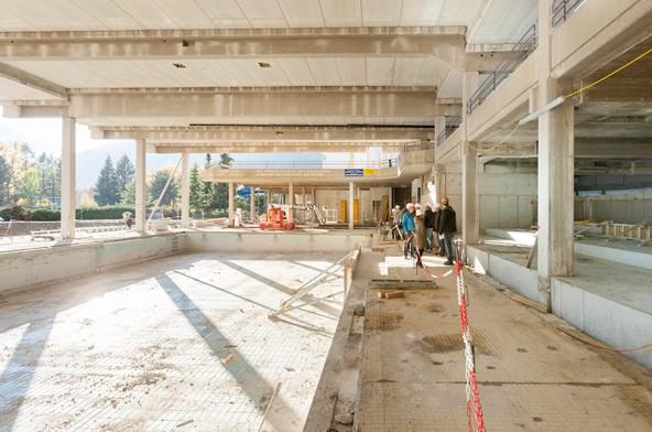 So sieht das Sportbecken im Hallenbad derzeit aus. Rechts gut zu erkennen der erweiterte Liegebereich.