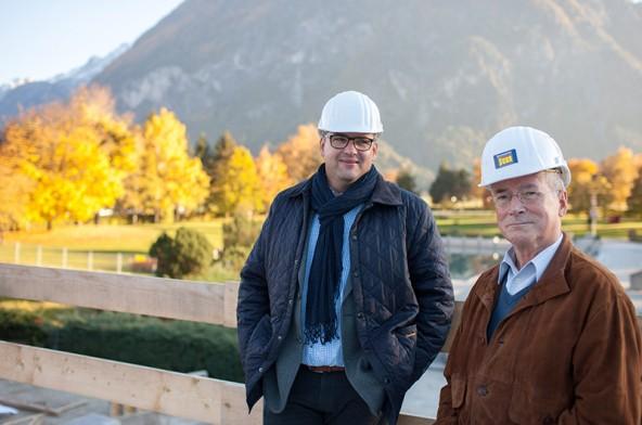 Unter den kritischen aber augenscheinlich zufriedenen Blicken von Stadtbaumeister Klaus Seirer (links) und LSL-Ausschuss-Mitglied Uwe Ladstädter wächst das Hallenbad mit Sauna heran.