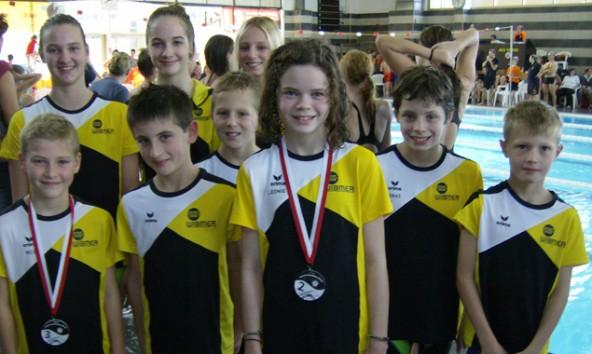 Das Osttiroler Team mit den Medaillengewinnern Nico Tabernig, Luis Preyer und Leonie Hauser im Vordergrund (v.l.). Foto: Schwimmunion