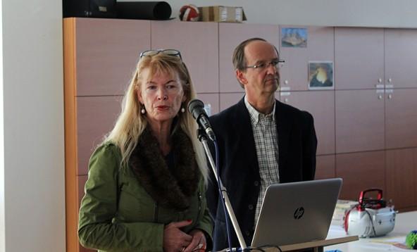 Weiterhin streitbar gibt sich Direktorin Ursula Strobl, hier flankiert von Roland Roßbacher. Der Dienststellenausschuss der Gymnasiums verabschiedete eine Resolution.