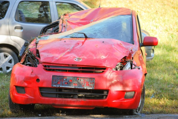 Vor allem im Bereich der Beifahrerseite und hinten wurde das Auto massiv beschädigt: Fotos: Brunner Images