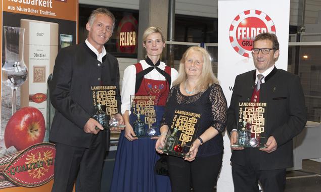 Über ihre Trophäe dürfen sich die vier Landessieger Friedrich Webhofer (Gaimberg), Kathrin Fankhauser (Schwendau), Beatrix Nöbl (Grins) und Hannes Dengg (Hippach) freuen. Foto: dieFotografen