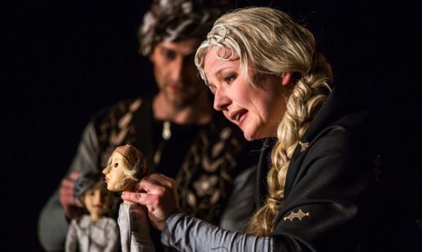 Menschen und Puppe spielen miteinander und füreinander in dieser Inszenierung des Wintermärchens. Fotos: Lauer