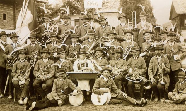 Die Musikkapelle Assling im Jahr 1925, bei der Gründung des Musikbezrikes Oberland in bfaltersbach. Bilder: MK Assling