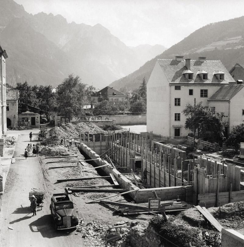 Lienz 1952 – die Tiroler Wasserkraftwerke AG (TIWAG), die einige Jahre zuvor die Stromagenden in Osttirol übernommen hatte, baute neben der Hauptschule Zentrum. (Fotograf: Unbekannt; Sammlung Stadtgemeinde Lienz, Archiv Museum Schloss Bruck – TAP)