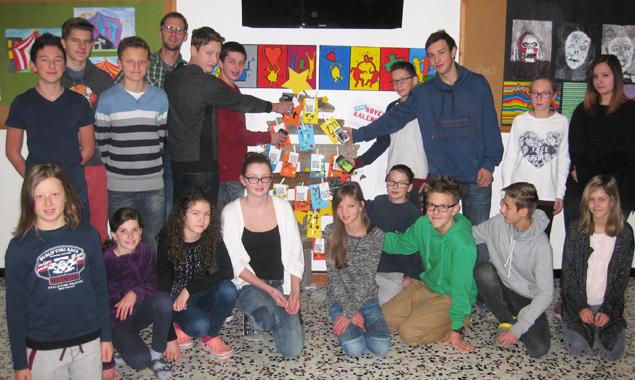 Die Schüler der vierten Klasse der NMS Nußdorf-Debant vor ihrem besonderen Adventkalender.
