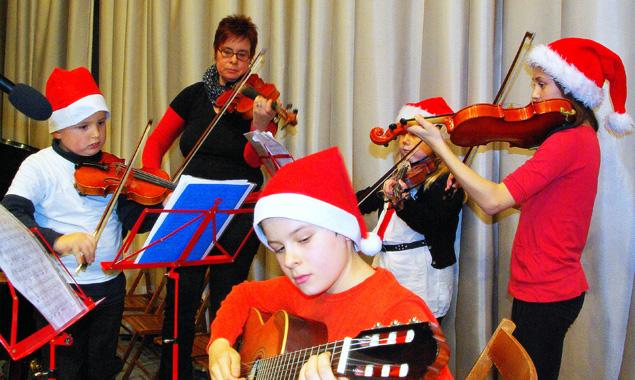 Die Musikschüler und die Schüler der Neuen Mittelschule musizieren gemeinsam.