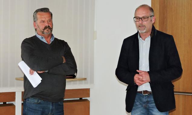 Bgm. Martin Huber (Oberlienz) und Bgm. Bernhard Schneider (Assling) stellen ihren Amtskollegen den Muster-Notfallplan für Kindergärten, Schulen und Horte vor. Foto: BH Lienz