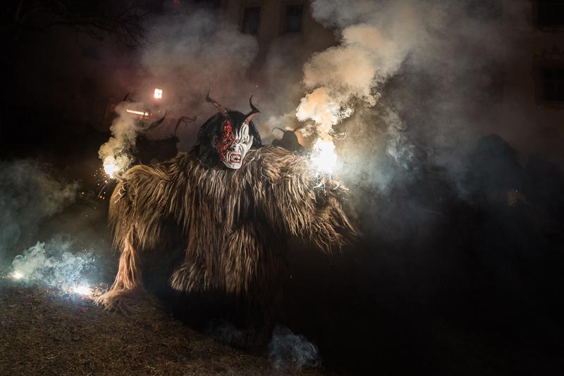 Nichts wurde in Anras ausgelassen: viel Schall und Rauch, Feuer und furchterregende Masken waren dabei. Fotos: Brunner Images
