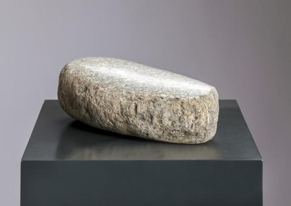 """Georg Planer, """"Ohne Titel"""", Granit tw. bearbeitet und poliert, H 27 cm x B 13 cm x T 8 cm. Foto: Martin Lugger"""