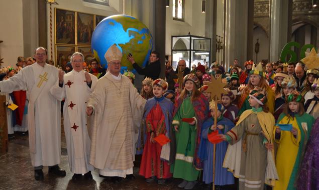 Bischof Manfred Scheuer bei einer Sendungsfeier mit den Sternsingern. Foto: Diözese